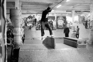 Ein Skater auf einer Rampe.